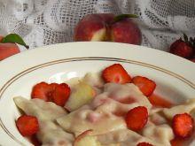 Pierogi z brzoskwiniami i truskawkami