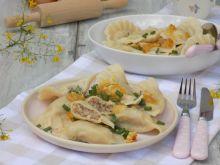 Pierogi z kaszą gryczaną, serem i młodą cebulą