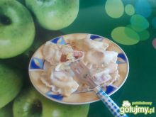 Pierogi z kiełbasą i cebulą.
