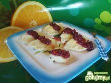 Pierogi z serem i sosem malinowym.