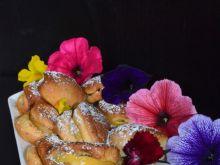 Pierożki drożdżowe z serem i jabłkami