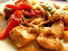 Piersi z kurczaka z brzoskwinią i czerwoną papryką