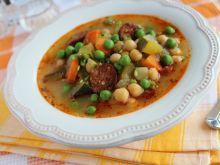 Pikantna zupa z ciecierzycą, groszkiem i chorizo