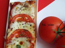 Pizza a'la caprese na bazyliowym cieście