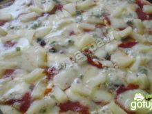 Pizza alla gorgonzola z salami