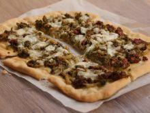 Pizza brokuły i biała kiełbasa