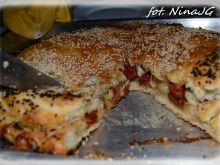 Pizza  faszerowana pomidorami kaparami  mozzarellą