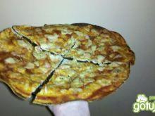 Pizza na bardzo cienkim cieście.