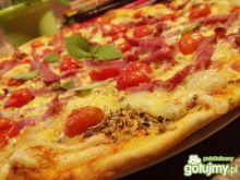 Pizza na cienkim cieście.