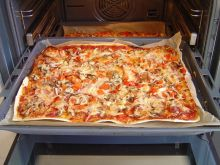 Pizza na cienkim cieście drożdżowym