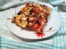 Pizza na cienkim cieście z jajkiem i pomidorem