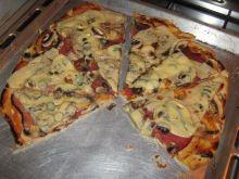 Pizza na cienkim cieście z salami i oliwkami
