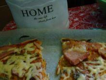 Pizza na cienkim spodzie z szynką i serem