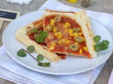 Pizza na cieście francuskim z oliwkami, kukurydzą
