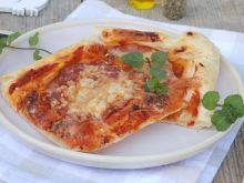 Pizza na cieście francuskim z sosem i salami