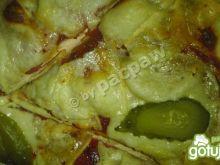 Pizza oliwowa z salami i ogórkiem