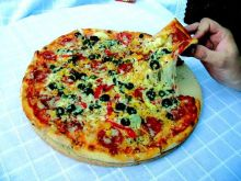 Pizza pieczona na kamieniu do pizzy