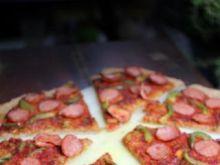 Pizza razowa z kiełbasa i papryką