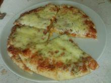 Pizza serowa na chlebku pita
