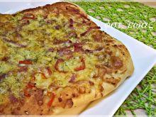 Pizza serowa z nutą wędliny i papryki