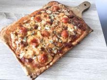 Pizza serowa z pomidorkami cherry