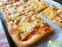 Pizza wiejska z cienką kiełbaską
