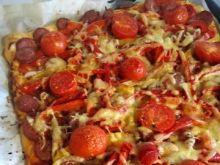 Pizza wiejska z papryką i kiełbasą