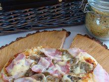 Pizza z bekonem na grubym cieście