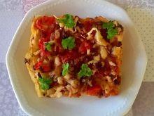 Pizza z boczkiem, czerwoną papryką i pieczarkami