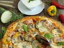 Pizza z boczkiem papryką i serem pleśniowym