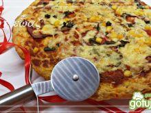 Pizza z boczkiem, pomidorem i serem
