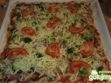 Pizza z brokułami i pomidorami
