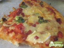 Pizza z brokułami i trzema serami