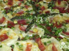 Pizza z chapatą, camembertem i szparagie