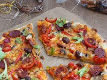 Pizza z chorizo oliwkami kalamata i mozzarellą