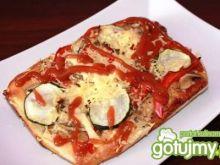 Pizza z cukinią papryką i pieczarkami