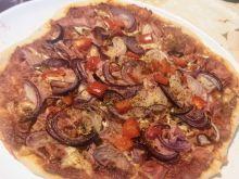 Pizza z czerwoną cebulą i sosem czosnkowym