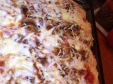 Pizza z dodatkiem boczku i pieczarek
