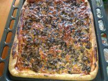 Pizza z duszonymi pieczarkami i mozzarellą