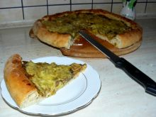 Pizza z gęstym sosem pieczarkowym