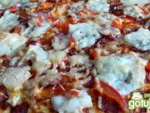 Pizza z gorgonzolą i kiełbasą