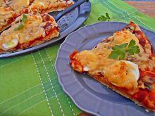 Pizza z jajkiem i białą kiełbasą