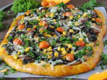 Pizza z jarmużem na dyniowym spodzie