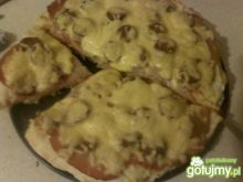 Pizza z kabanoskami, wędliną i serem