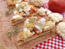 Pizza z kalafiorem, pomidorem i mozzarellą
