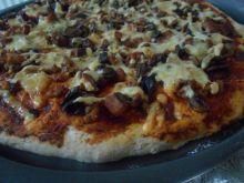 Pizza z kiełbasą i mięsem mielonym