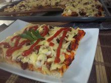 Pizza z kiełbasą i pieczarkami