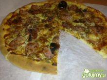 Pizza z Kiełbasą i Suszonymi Pomidorami