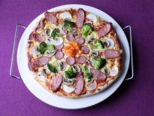 Pizza z kiełbasą i warzywami
