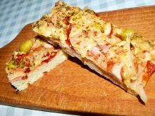 Pizza z kiełbasą szynką, cebulą oliwkami i papryką
